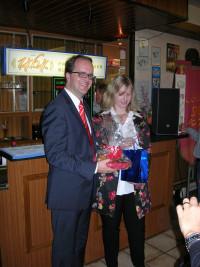 Rebecca Brunner überreicht dem Referenten MdL Markus Rinderspacher Gastgeschenk